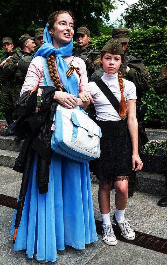 Настя с мамой за несколько секунд до нападения. Фото: Alexey Furman/Anadolu Agency